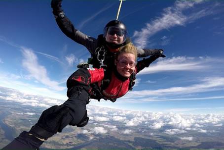 Šuolis dviviečiu parašiutu (tandemu)